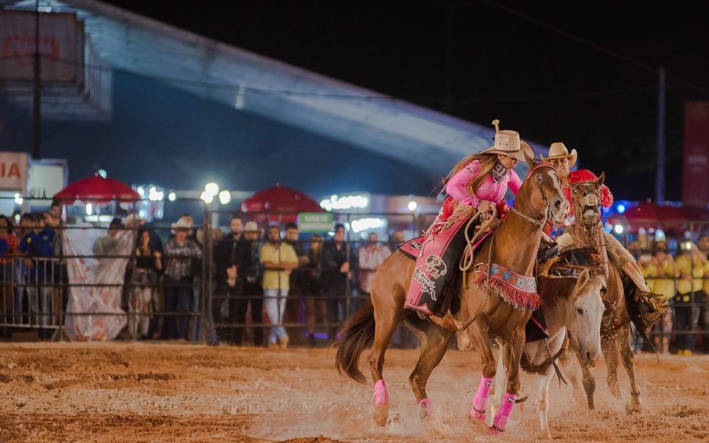 Ana Cláudia vai ao resgate do cowboy do cutiano no Ribeirão Rodeo Music 2018 (Foto: Érico Andrade/G1)