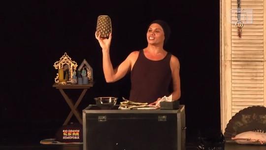 Silvero Pereira apresenta a peça       BR-Trans no Teatro Sesi Jacarepaguá