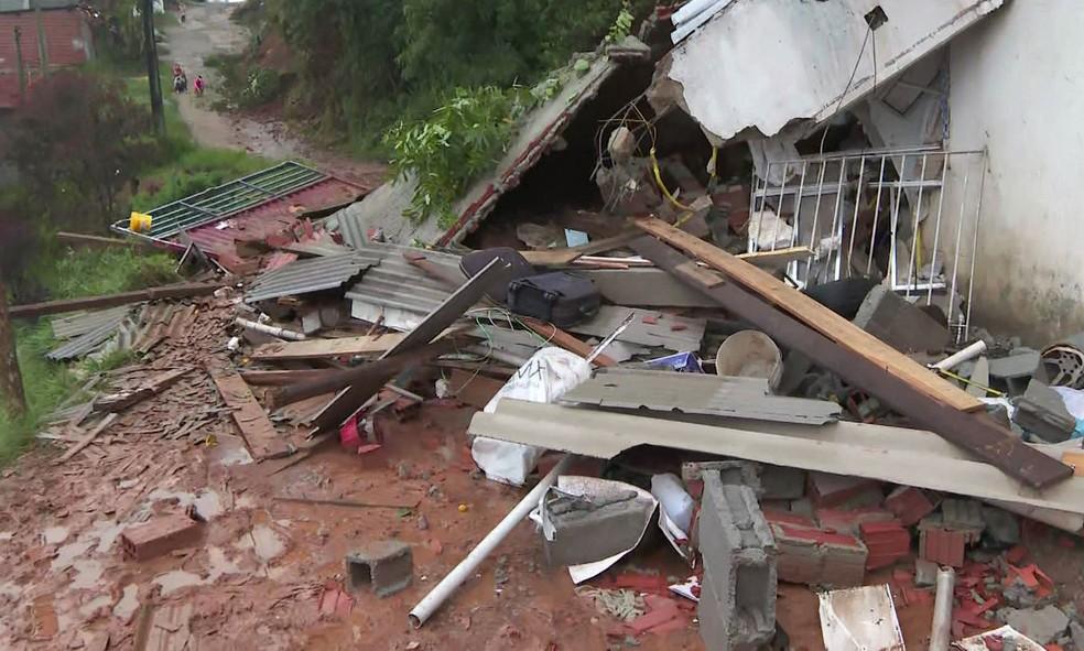 Casa onde criança morreu após desabamento causado pela chuva na noite desta quinta-feira (20) — Foto: Reprodução/TV Globo