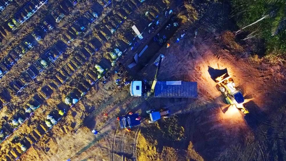 Cemitério em Manaus realiza enterros durante a noite para atender demanda. — Foto: Chico Batata/Divulgação