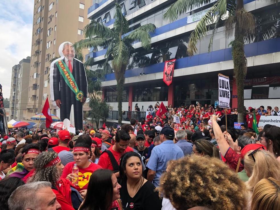 Grupo apoia Lula em frente ao Sindicato dos Metalúrgicos — Foto: Roney Domingos/G1
