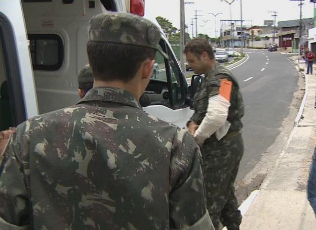 Um dos militares ficou com o braço ferido e foi encaminhado a uma unidade do Samu (Foto: Reprodução/TV Amazonas)