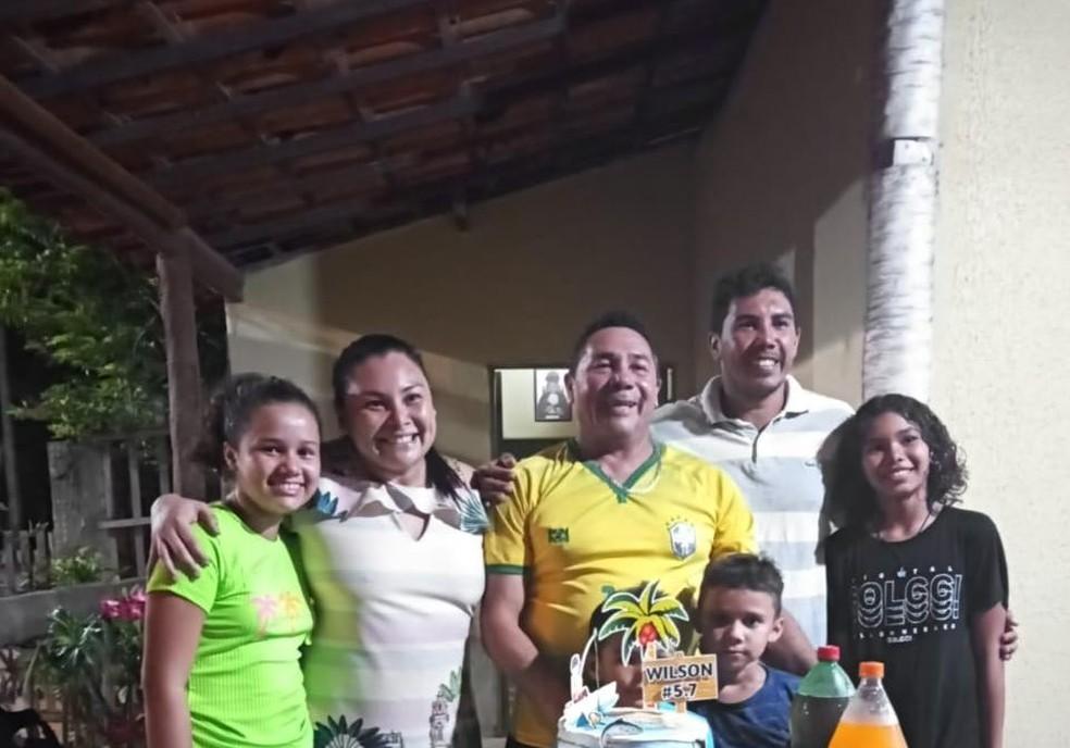 Wilson Martins dos Santos (no centro) era pescador há 40 anos; ele deixa três filhos e mulher. — Foto: Arquivo pessoal