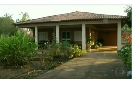Casa da fazenda é rodeada por um jardim com uma pequena horta Reprodução