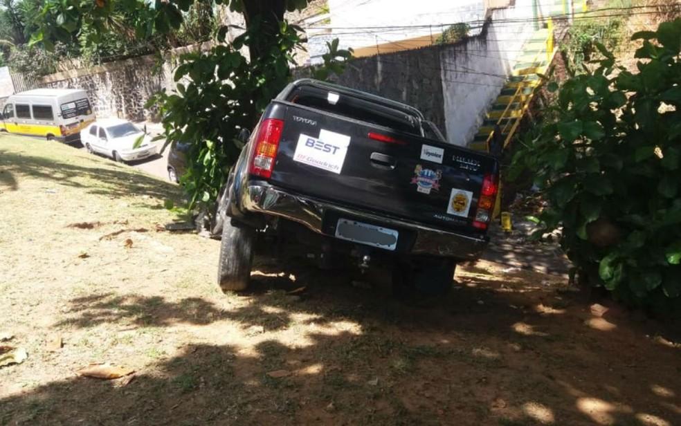 Carro só parou após atingir árvore — Foto: Divulgação/Transalvador