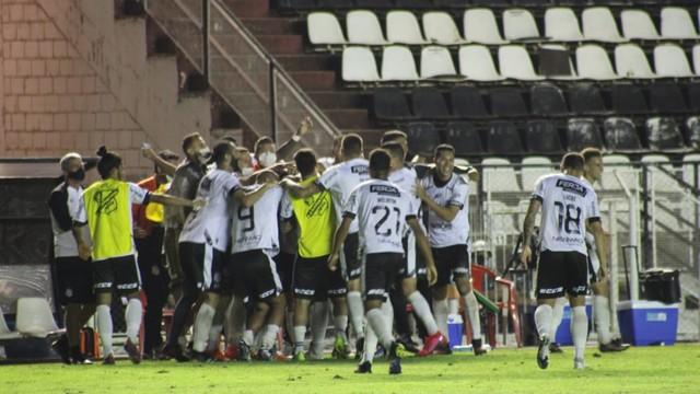 Jogadores da Inter comemoram o gol contra o São Caetano