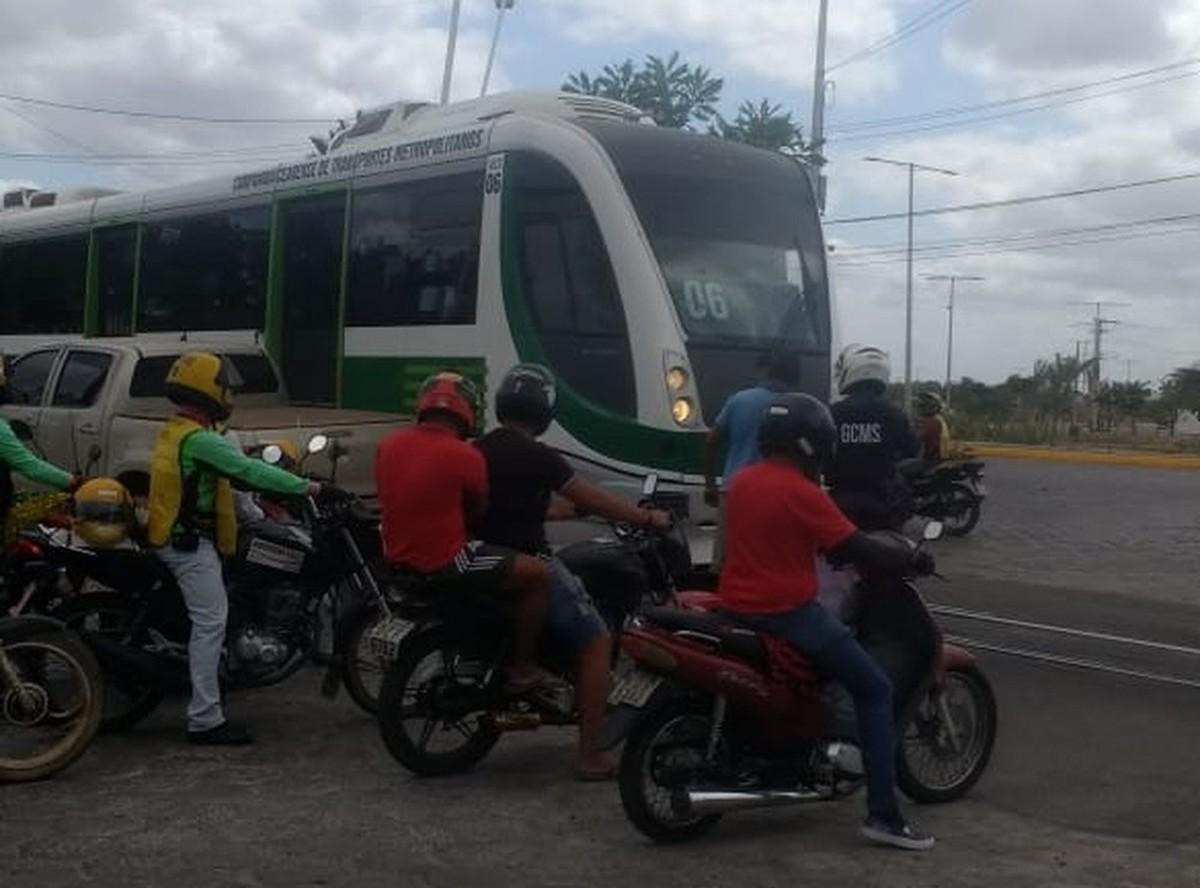 Motorista cruza via férrea e colide com VLT em Sobral - G1