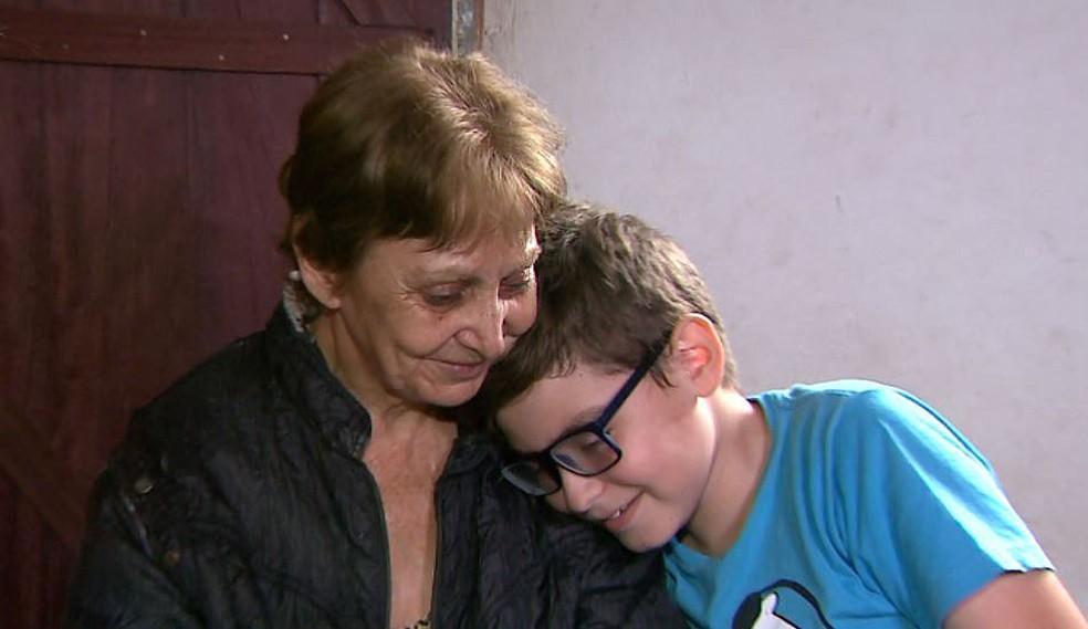 Maria Sueli e Bruno vivem em Franca, SP, com menos de um salário mínimo por mês para as despesas (Foto: José Augusto Júnior/EPTV)