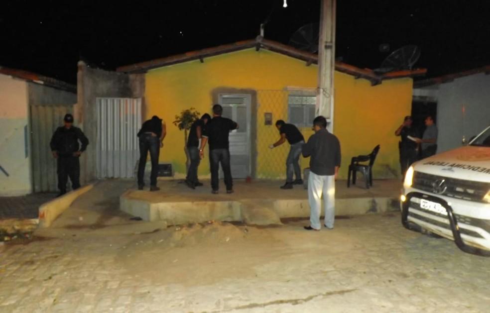 Crime aconteceu na noite desta quinta (2) no bairro Dom Jaime Câmara, em Mossoró (Foto: Wilton Alves/Mossoró 190)