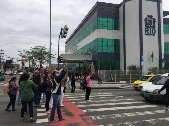 Funcionários do Hospital Evandro Freire protestam na Estrada do Galeão