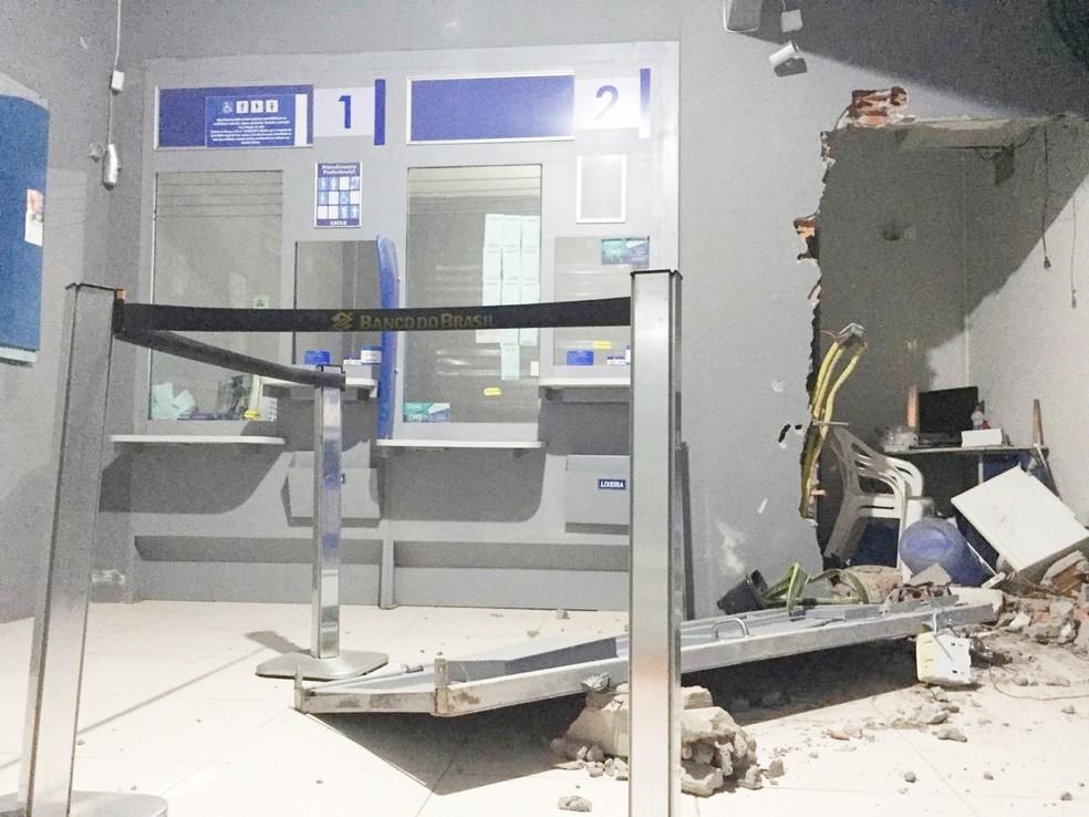 Grupo arromba lotérica e foge com reféns na BA; porta de ferro foi arrancada — Foto: Site Bahia10.Com.Br