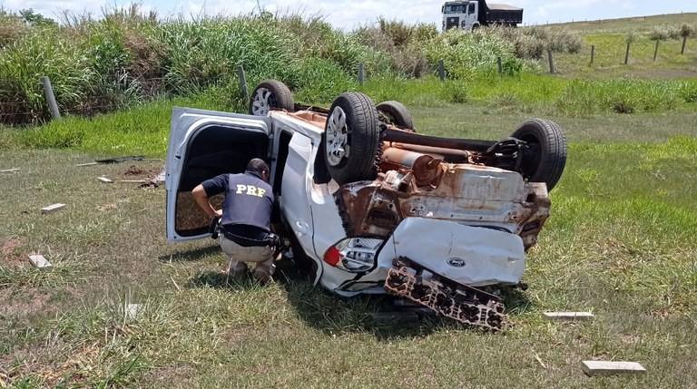 Após perseguição, motorista abandona carro capotado com 240 kg de drogas