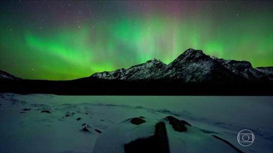Aurora boreal ilumina a noite das montanhas americanas
