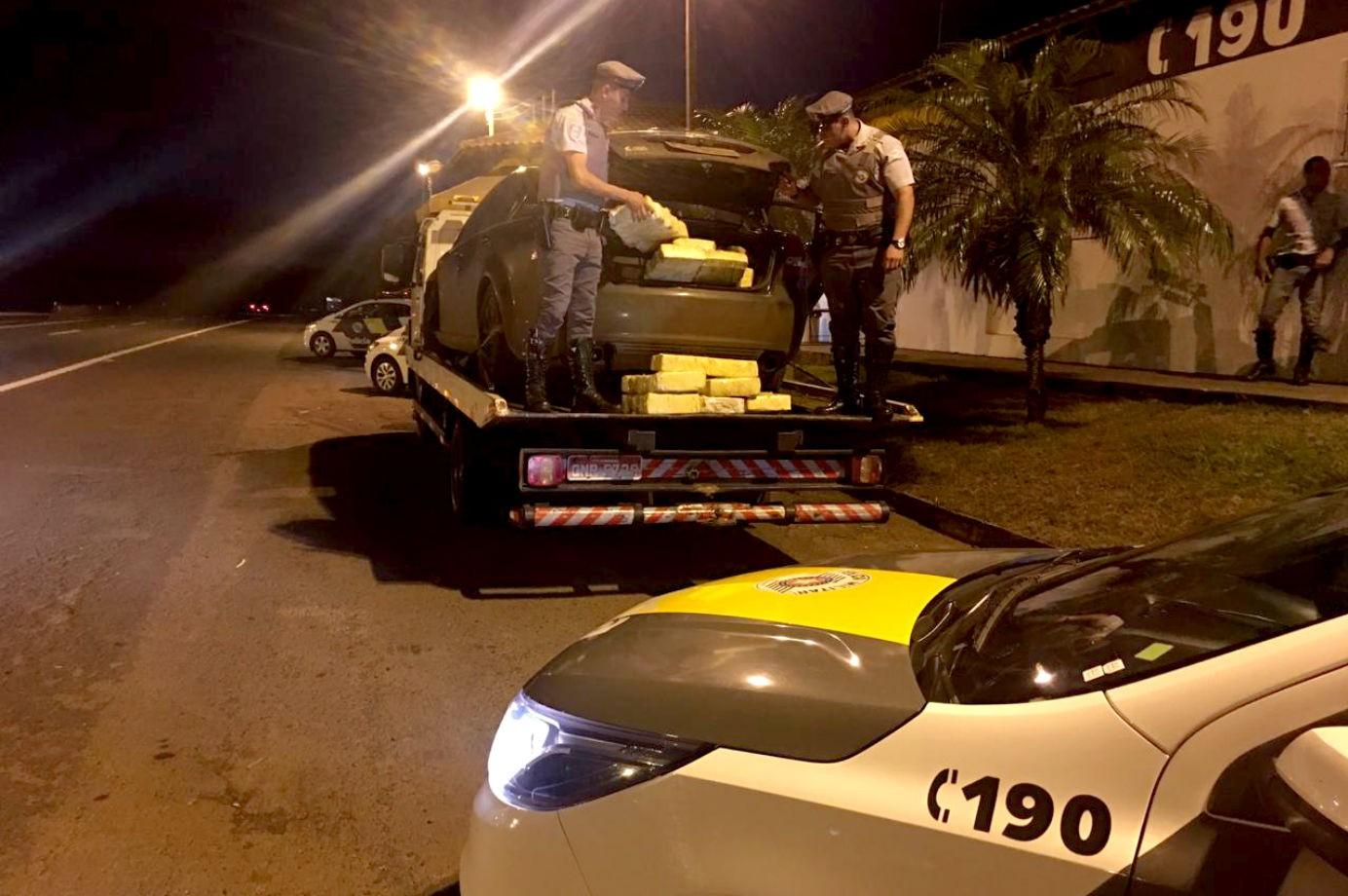 Polícia apreende 300 quilos de maconha dentro de carro que estava sendo guinchado em rodovia - Notícias - Plantão Diário
