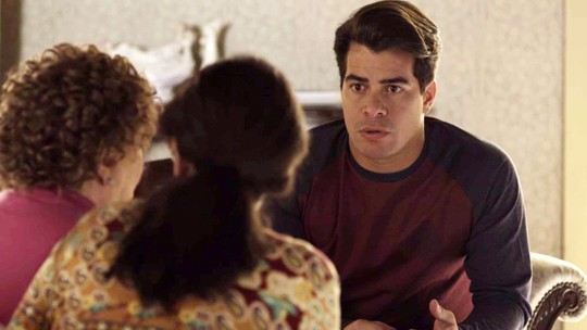 Júlio desconfia que Malagueta esteja ameaçando Arlete