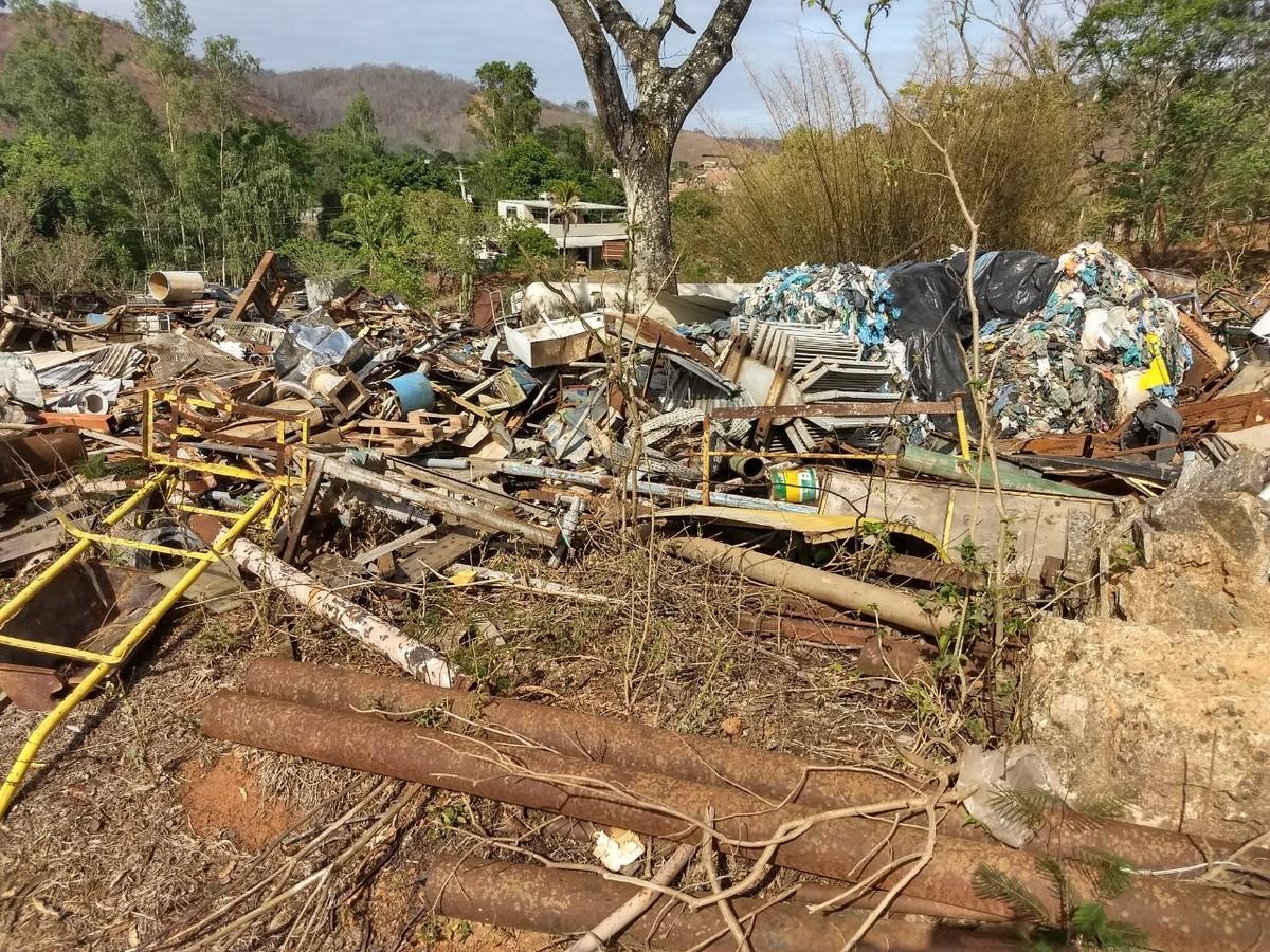 Polícia Ambiental encontra depósito de resíduos sólidos em área de preservação em Cambuci, no RJ