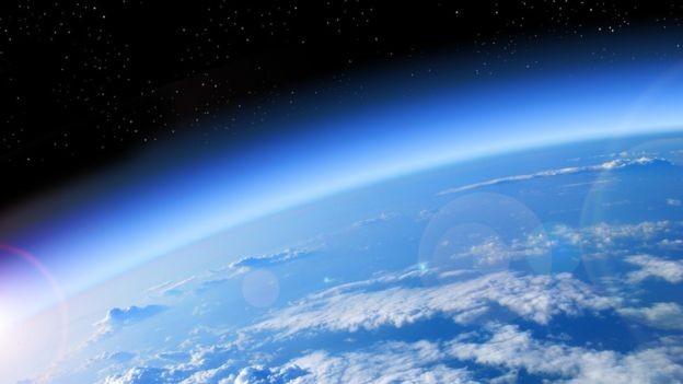 O Protocolo de Montreal proibiu o uso de certas substâncias para proteger a camada de ozônio, vital para conter a radiação ultravioleta (Foto: Getty Images via BBC)