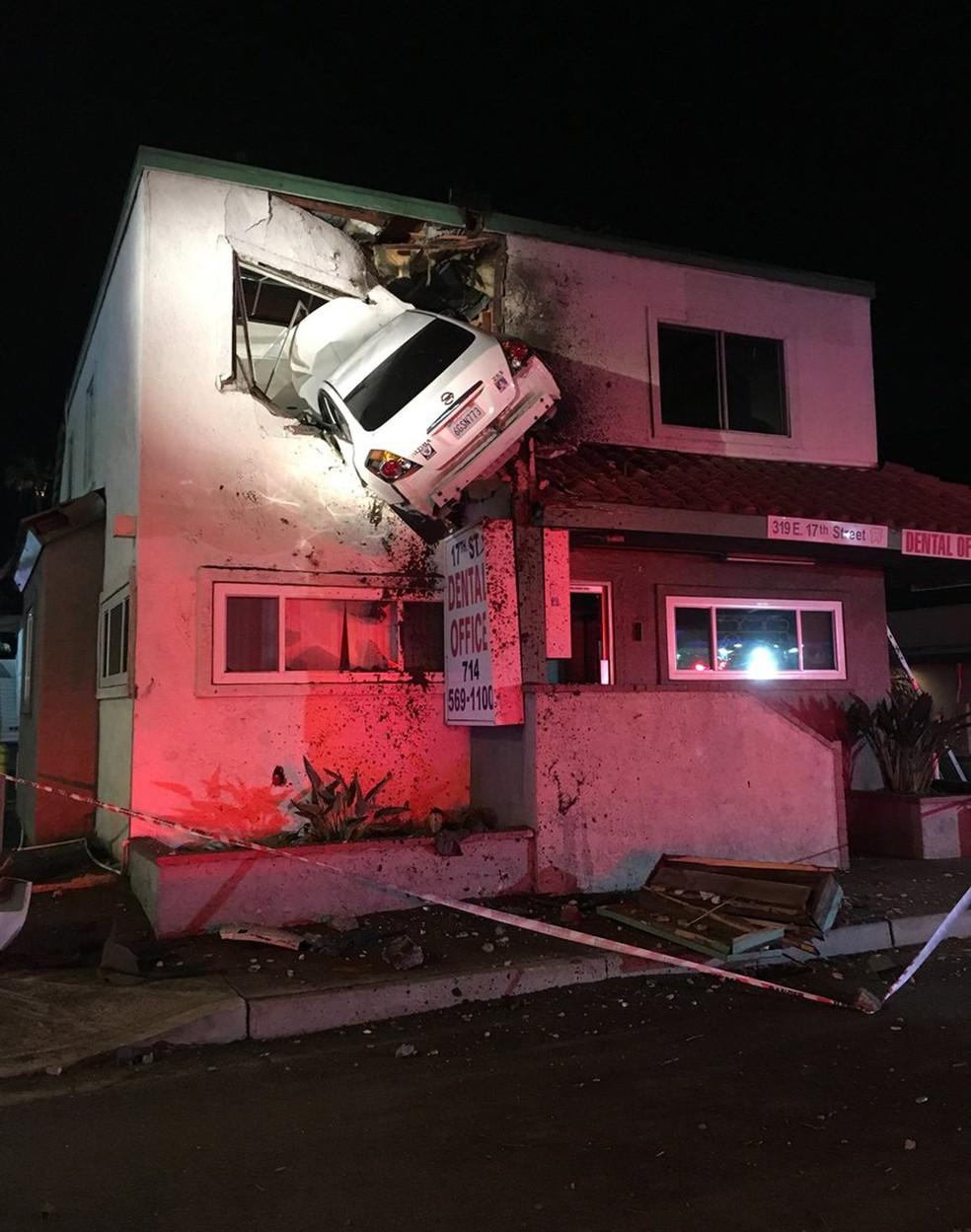 Carro fica 'cravado' em parede de andar superior de prédio nos EUA (Foto: Orange County Fire Authority/Twitter)