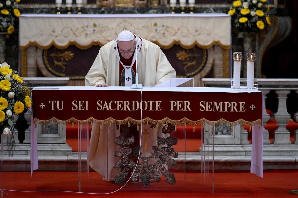 19 de abril: Papa Francisco celebra missa na Igreja do Espírito Santo em Sassia, em Roma, na Itália, neste domingo. O pontífice pediu solidariedade no combate ao novo coronavírus. — Foto: Vatican Media/Handout via Reuters