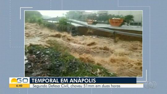 Asfalto cede e 'engole' carreta durante chuva forte em Anápolis