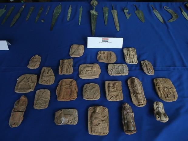 Peças de artesanato em argila e facas são exibidas durante cerimônia de repatriação de itens culturais ao Iraque, em Washington, na segunda-feira (16) (Foto: Mark Wilson/Getty Images/AFP)