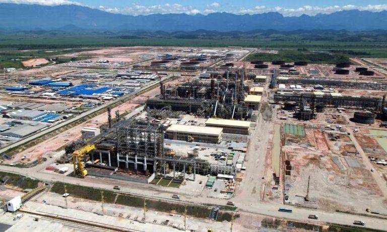 O Comperj, maior obra em atividade da Petrobras, também teve contratos alterados que causaram prejuízos à estatal