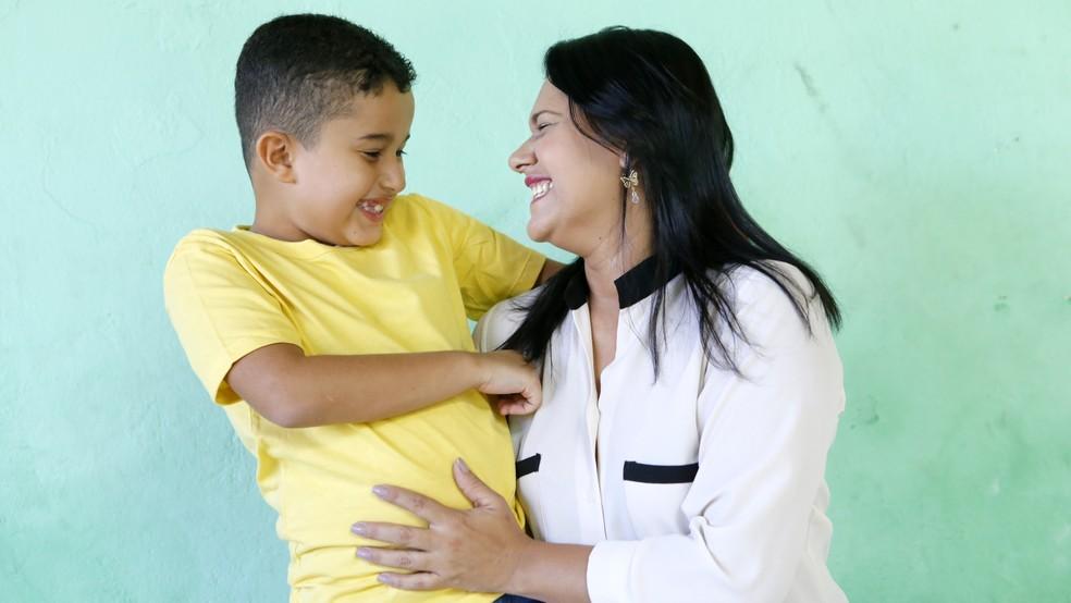 Marília Soares, mãe de Aaron, foi a responsável por inscrever o garoto no sorteio (Foto: Kleide Teixeira/Divulgação)