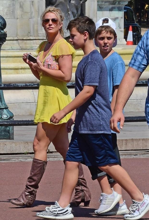 Britney Spears passeia de vestido curtinho com filhos adolescentes  (Foto: Backgrid)