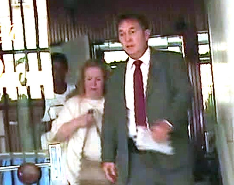 Procuradora Vera Lúcia de Sant'anna Gomes deixa prédio presa — Foto: Reprodução/GloboNews
