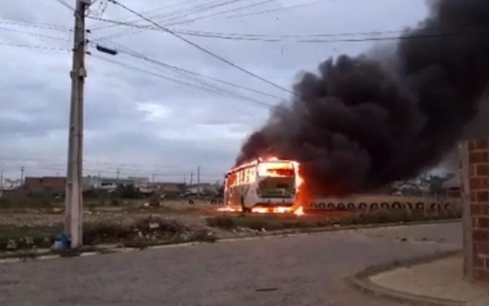 Ônibus fica destruído após ser incendiado no sudoeste da Bahia — Foto: Reprodução/TV Sudoeste