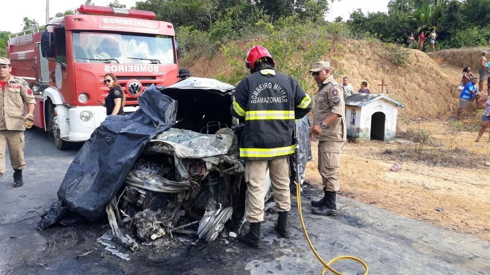 Equipes dos Bombeiros removeram as vítimas de dentro do táxi, em acidente na rodovia AM 010 — Foto: Divulgação/Corpo de Bombeiros