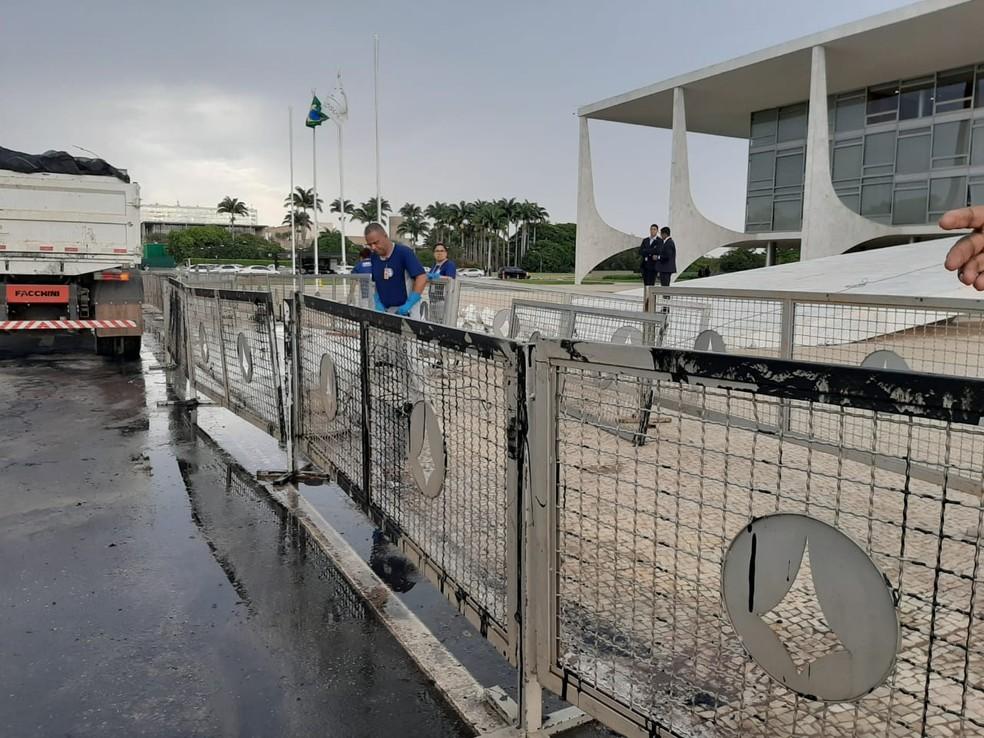 Servidores limpam lixo após protesto no Palácio do Planalto — Foto: Afonso Ferreira/G1