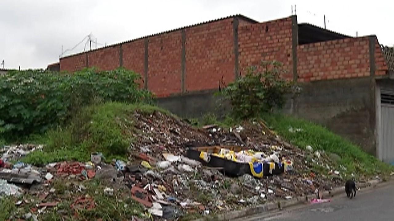 Moradores do Miguel Badra Baixo, em Suzano, reclamam de terreno