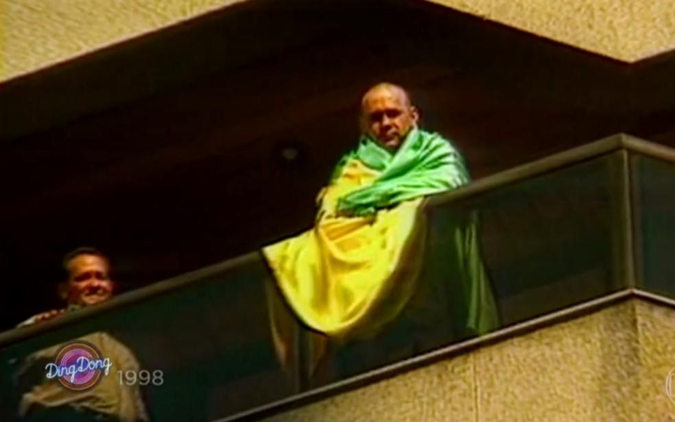 Leonardo apareceu na varanda do seu apartamento  (Foto: Reprodução/TV Globo)