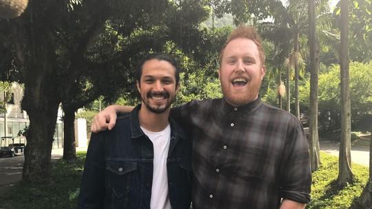 Romulo Estrela recebe Gavin James nos bastidores dos Estúdios Globo