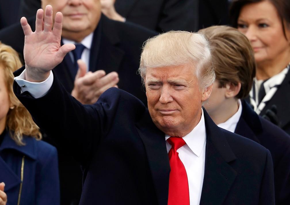 Donald Trump acena durante a cerimônia de sua posse no cargo de presidente dos Estados Unidos — Foto: Lucy Nicholson/Reuters