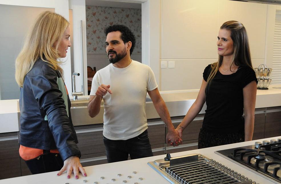 Também em 2016, Luciano conversa com Angélica no 'Estrelas', acompanhado de sua esposa, Flávia, e com o visual novamente diferente (Foto: Globo/Deborah Montenegro)