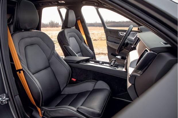 Volvo XC60 Polestar Engineered -  Os novos bancos e o cinto amarelo  são os destaques do interior  (Foto: Divulgação)