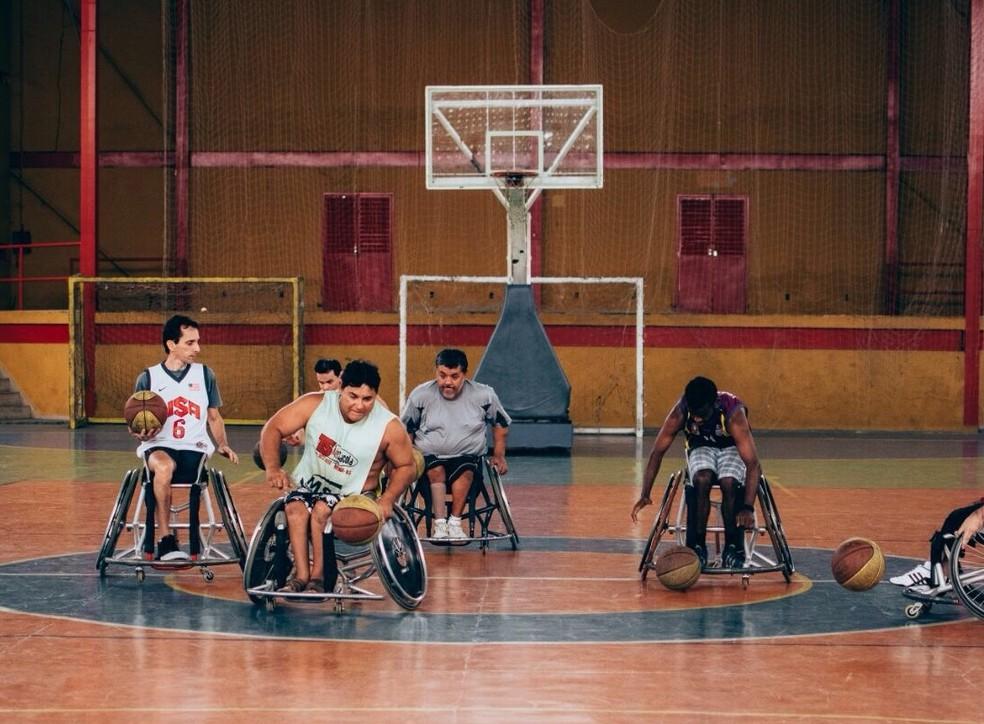 Cerca de 15 pessoas participam da equipe de basquete sobre rodas em Ipatinga (Foto: Prefeitura de Ipatinga/Divulgação)