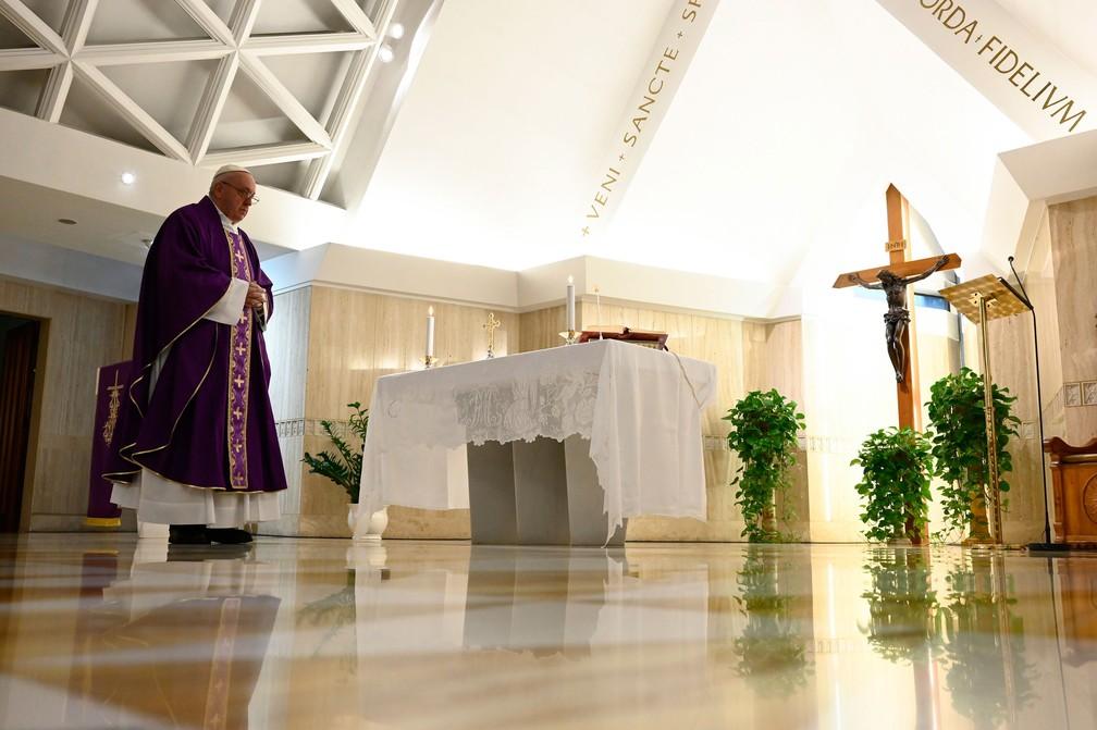 Papa Francisco celebra a missa em sua residência em Santa Marta, no Vaticano, nesta quinta-feira (26)  — Foto: Vaticano via AP