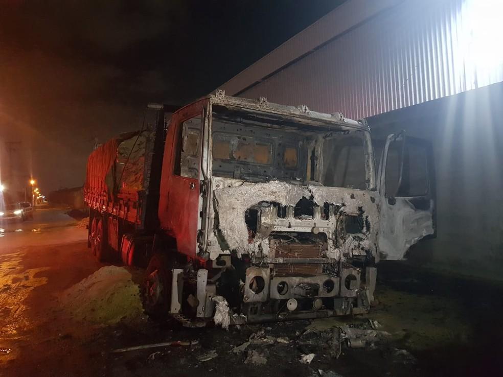 Idoso de 65 anos estava dormindo dentro do caminhão no momento que o veículo foi atacado. — Foto: Rafaela Duarte/ Sistema Verdes Mares