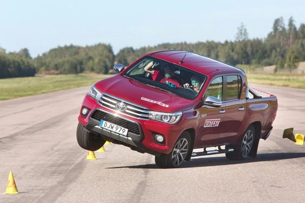 Toyota Hilux passou por teste do alce em 2017 (Foto: Divulgação)
