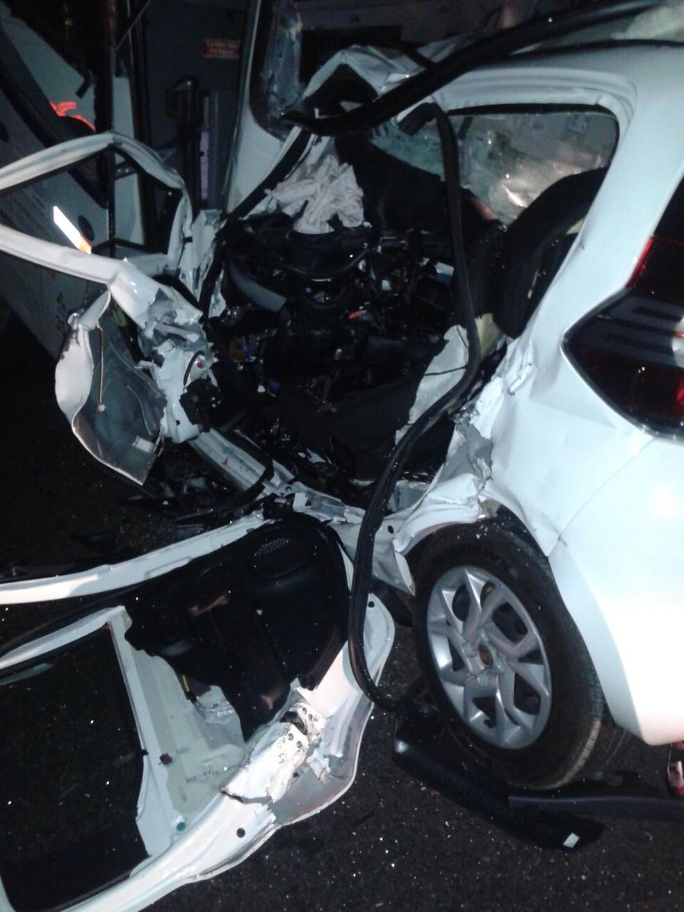 Veículo em que mãe e filho estavam ficou destruído depois da batida em rodovia de Icém (Foto: Arquivo Pessoal)