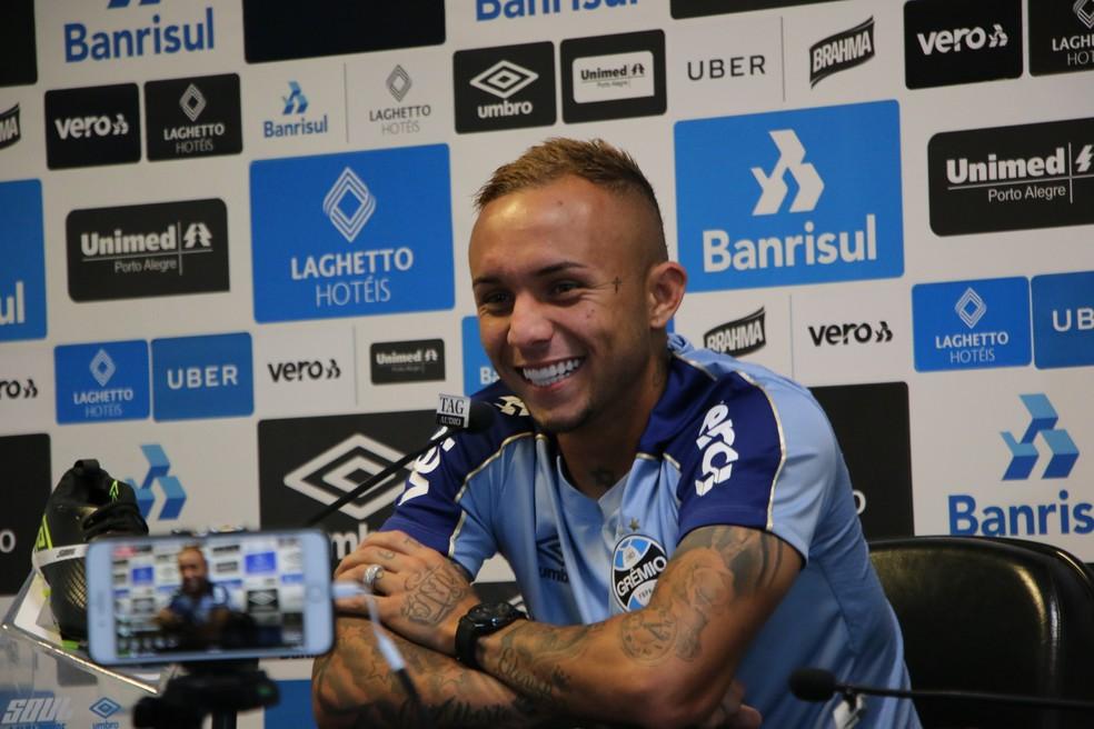 Everton sorri ao falar de aposta com Jael — Foto: Eduardo Moura
