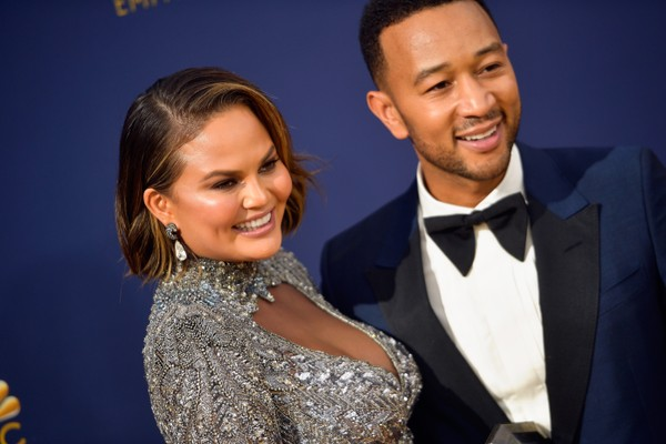 A modelo Chrissy Teigen com o marido, o cantor John Legend, no red carpet do Emmy 2018 (Foto: Getty Images)