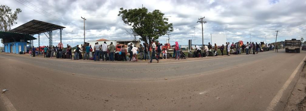 Na manhã desta segunda (7) cerca de 200 senhas de atendimento foram distribuídas a venezuelanos que querem deixar o país (Foto: Emily Costa/G1 RR)