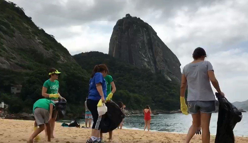 Voluntários participam de mutirão para limpeza da Praia Vermelha, na Urca, Zona Sul do Rio — Foto: Divulgação