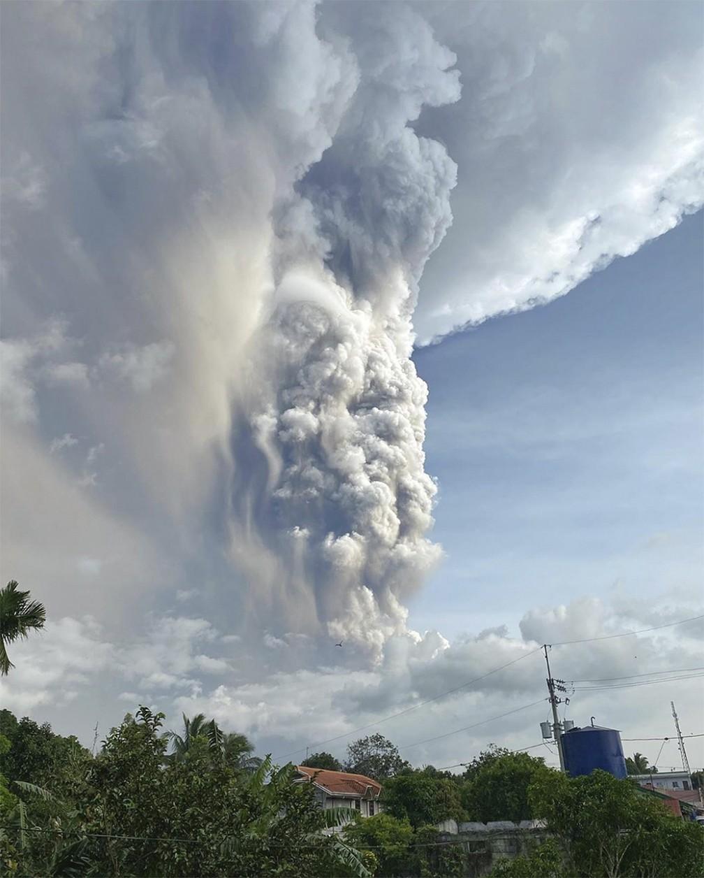 Nuvem de cinzas expelida pelo vulcão Taal é vista de Tagaytay, nas Filipinas, no domingo (12) — Foto: Lester Matienzo via AP