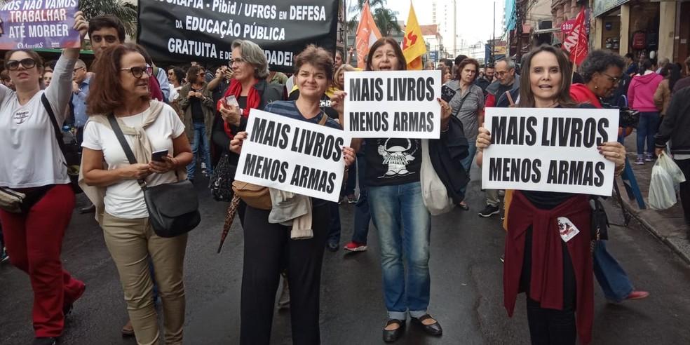 Manifestantes carregam cartazes durante caminhada em Porto Alegre — Foto: Jonas Campos/RBS TV