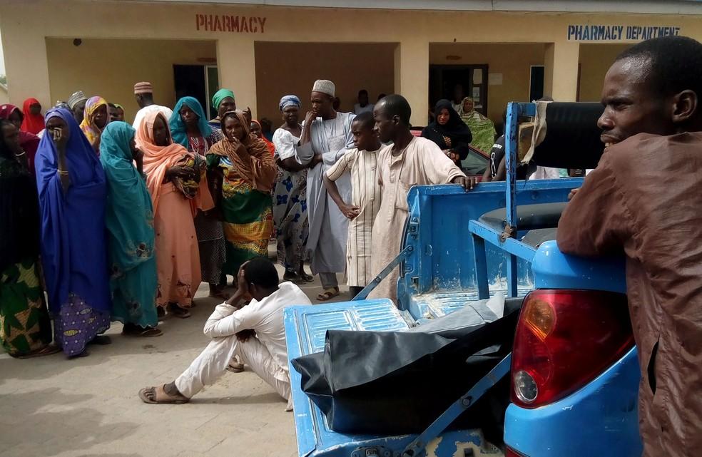 Homem chora ao ver corpos sendo carregados para hospital após ataque atribuído ao Boko Haram em Maiduguri, na Nigéria (Foto: Ahmed Kingimi/ Reuters)